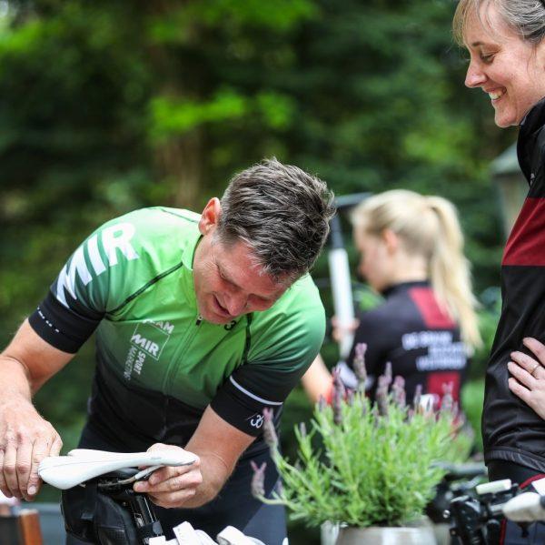 Aart Vierhouten helpt juiste afstelling fiets tijdens KlimClinic