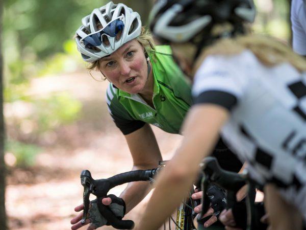 Chantal Beltman geeft uitleg afdaling -Wielerclinic MIR Sportmarketing
